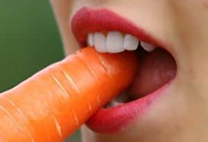 10 cosas que debes saber antes de poner un diente postizo